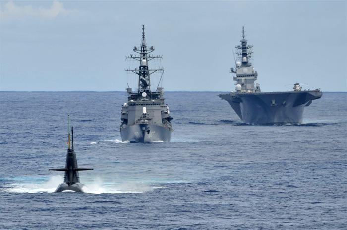 """日本最大""""准航母""""现身南海 还带潜艇进行反潜演练"""